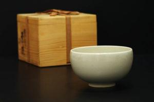古い桐箱と茶碗